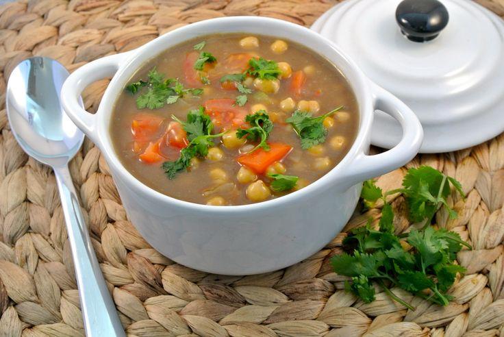 Een lekkere gekruide kikkererwten curry met tomaat en verse koriander. Het is misschien geen traditionele curry, maar wel een moderne westerse variant met veel kruiden en lekker veel smaak. Serveer dit gerecht met rijst. Tijd: 30 min Recept voor 2 personen Benodigdheden: 1 blik kikkererwten (400 gram) 1 ui 1 teentje knoflook 1 theelepel gember...Lees Meer »