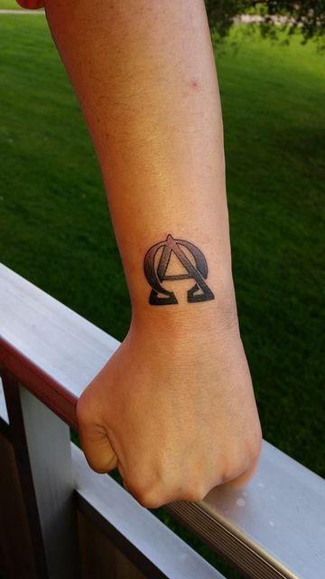 Una Muestra De Equilibrio En Tatuajes De Alfa Y Omega Tatoo