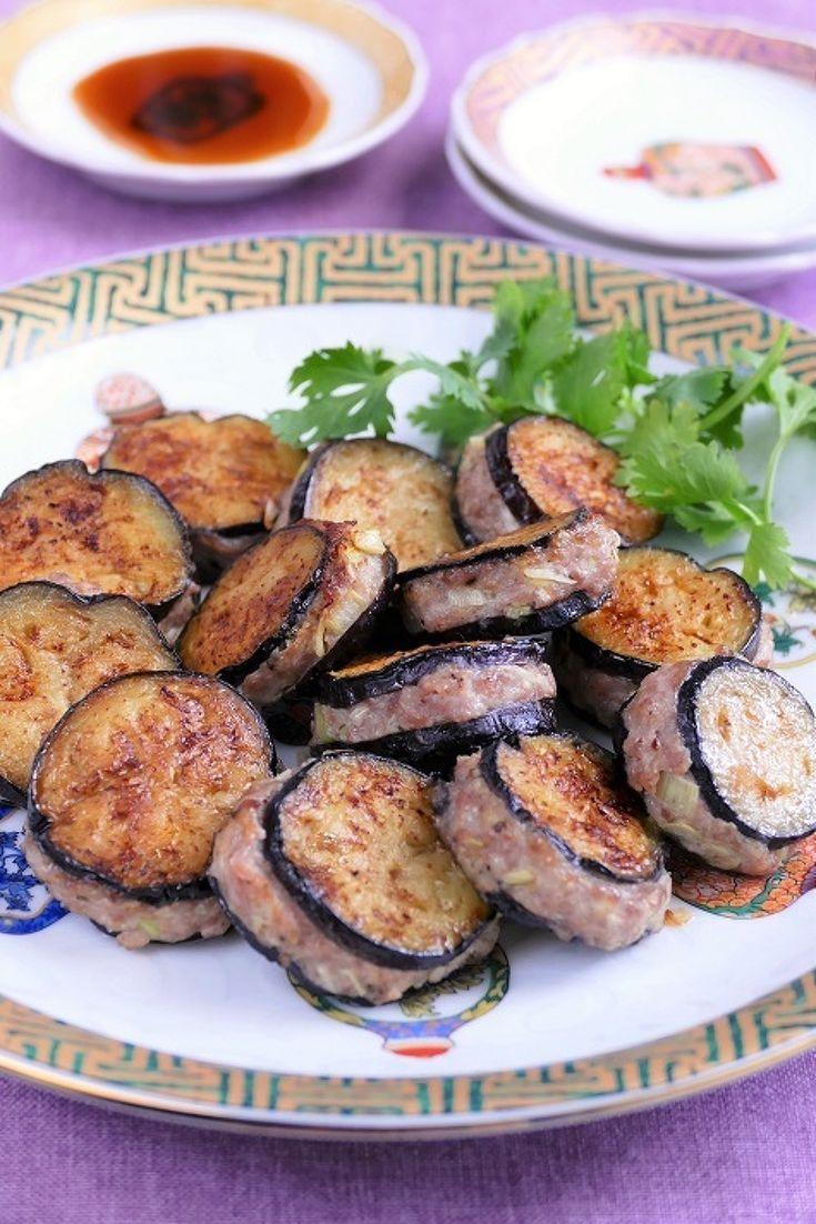 なす餃子 by 長岡美津恵akai-salad / 薄切りの茄子を皮に見立てた餃子です。不揃いに焼きあがるところに愛嬌があります(笑) / Nadia