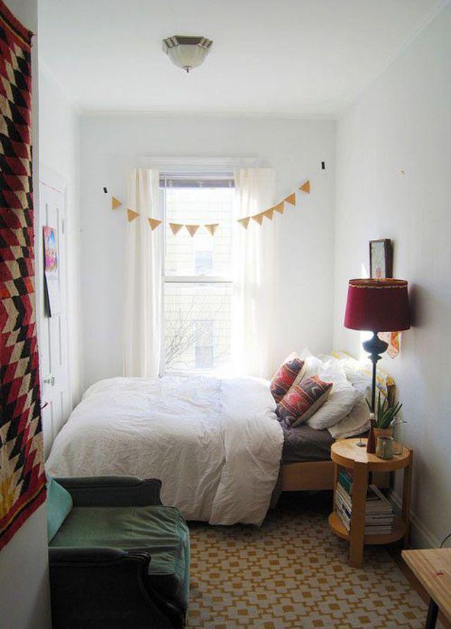 Pour optimiser l'espace d'une petite chambre, placez le lit en bout de chambre et décorez le de motifs graphiques colorés pour en faire un espace singulier