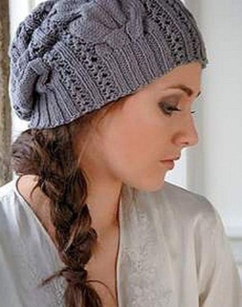 Стильная шапочка-берет с ажурным узором. Вязаная спицами