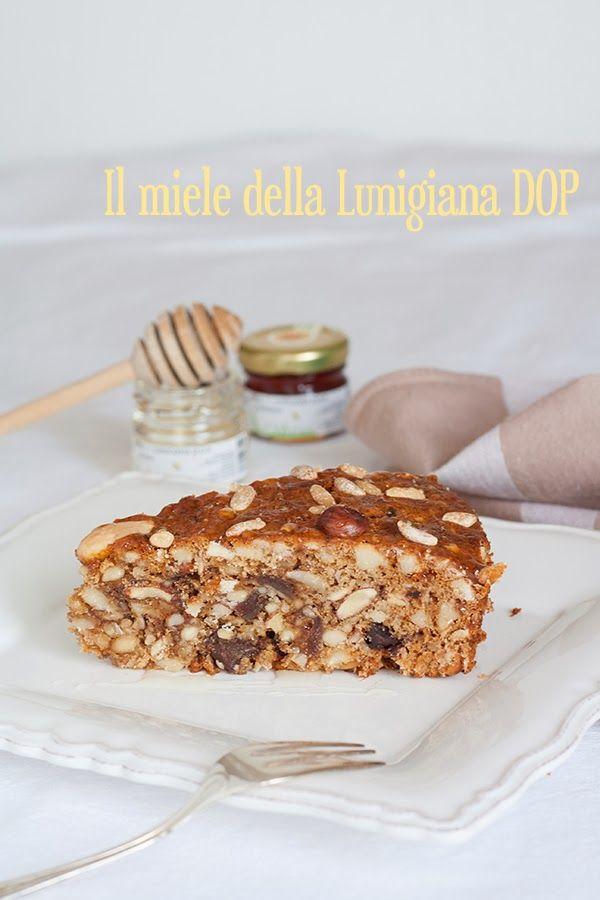 Dolce alla frutta secca, miele della Lunigiana e spezie | Spiced cake with dried fruit and honey