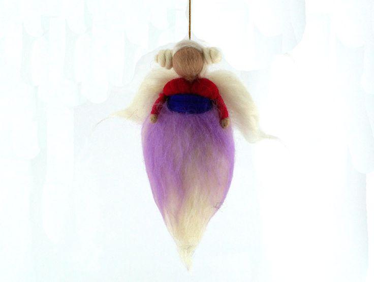Melek Keçe Bebek (Askılı)Melek keçe bebek,saçları, kanatlarıvesüzülen bedenindekidetaylar ile tam bir koleksiyon ürünüdür.Doğal keçe, işlemesi oldukça zahmetlibir materyaldir ancak nitelikleri bakımından yüzyıllardır kullanılmaktadır. Melek