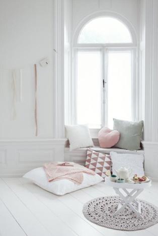 Werk van styliste Fleur Spronk. Ze heeft een romantische plek gecreëerd, waar ik graag even zou willen gaan zitten. Een plek waar je tot rust kan komen en kan zien hoe vredig de wereld kan zijn. Het heeft in ieder geval een aangenaam sfeertje waarbij ik me prettig voel.