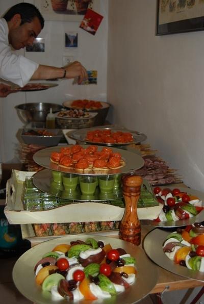 Préparatifs du buffet pour cocktail déjeunatoire