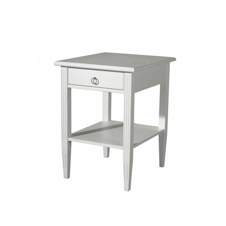Stockholm från Englesson är komplett möbelserie i whitewash med ursprung från traditionellt svenskt hantverk. Rena linjer med fin balans mellan då och nu. Öppet sängbord med en låda upptill.