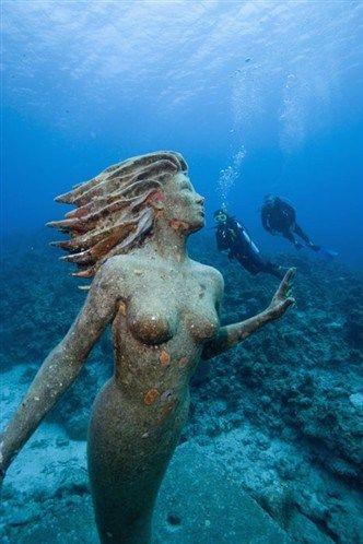 L'Énigme de l'Atlantide (Une statue de sirène dans les profondeurs océaniques près des îles Caïmans © Getty)