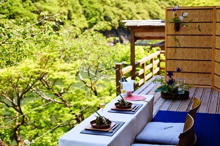 京都といえば、一度は味わってみたい川床。夏のみになりますが、ここ星のやでも、空中茶室を設けがあり、そこで夕食をいただくことも出来るのだそう。季節によって、春なら桜、秋は紅葉、冬は雪景色…と、時間を忘れて過ごすことのできる素晴らしいお宿です。
