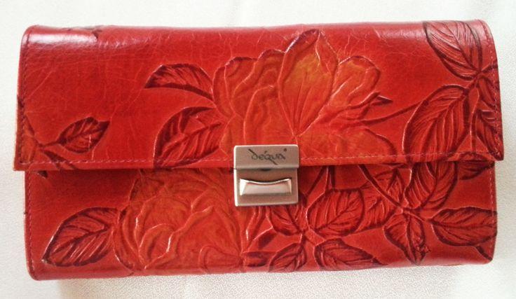Abwechslungsreich kommt dieses Portemonnaie daher - die Rot-Gelb-Abstufungen bringen zusätzliches Leben in eine geprägte Lederoberfläche. Macht Laune!