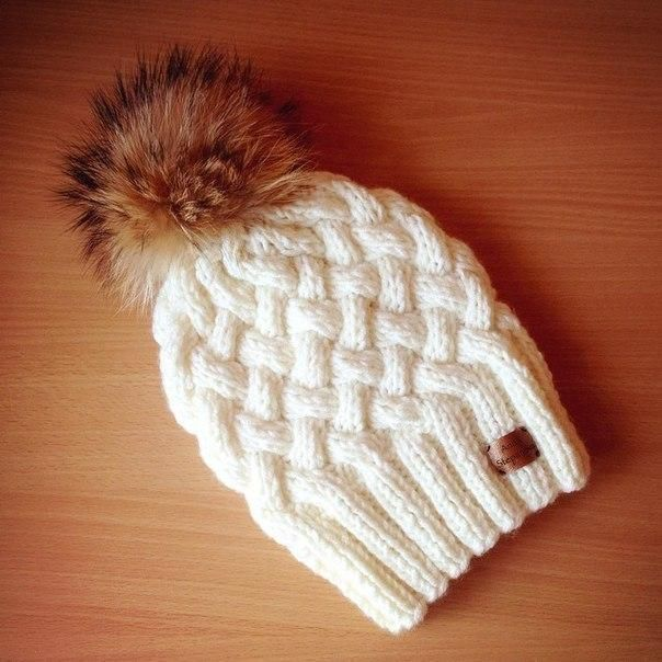 Вязанная спицами шапка с плетенным узором | Clubkoff