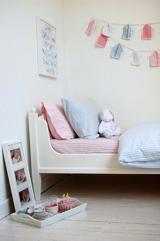 I like the line of the cutout on this toddler bed. I like the color.