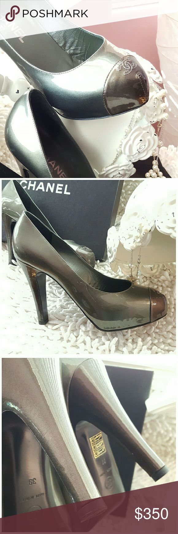 """New Arrival CHANEL PRICE FIRM GORGEOUS VERSATILE METALLIC PATENT LEATHER PUMPS ROUND TOP PUMPS BRONZE CAP-TOE WITH SIGNATURE 'CC' STITCHING ACCENTS AND COVERED HEELS. INCLUDES BOX & DUST COVER. LIGHT WEAR ON SOLES SMALL SCUFFS ON HEELS NOT VISIBLE WHEN WEARING.. HEEL HEIGHT 4.25"""" WEARS LIKE A 31/2"""" HEEL COLOR IS METALLIC BRONZE AND DEEP GUNMETAL CHANEL 1/2 Size SMALLER 39=US 8 CHANEL Shoes"""