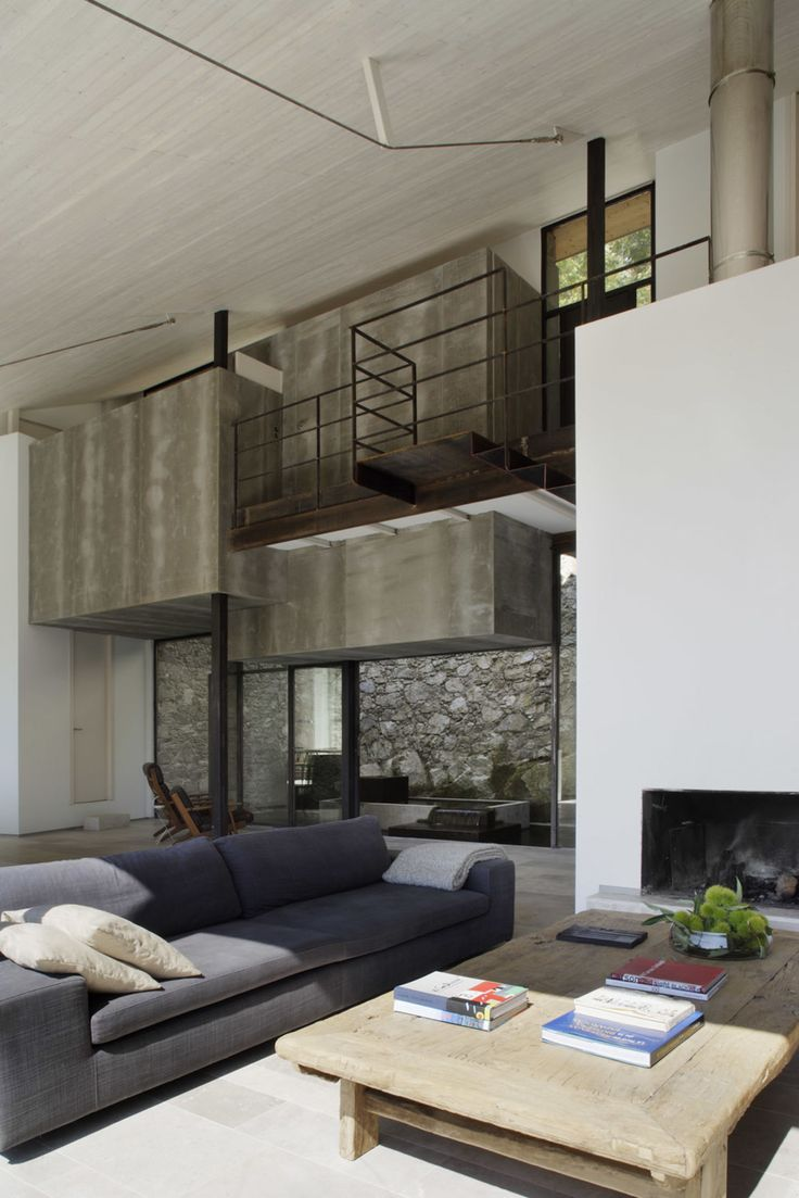Located in a privileged environment in the province of Cáceres, the goal was to transform an abandoned stable into a family home by completely renovating it in a way that would be consistent and respectful with the environment. At the end, the Studio d...