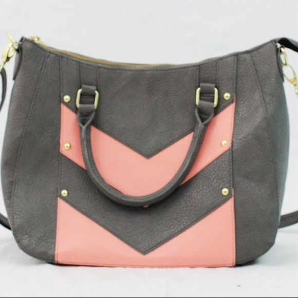 Steve Madden Purse Oversized bag with gray exterior with pink chevron design,gold detailing. Clasps allow you to convert from messenger bag to handbag and vice versa. Used once⚡️SHIPPED OUT BY NEXT BUSINESS DAY⚡️BUNDLE DISCOUNTS Steve Madden Bags Crossbody Bags
