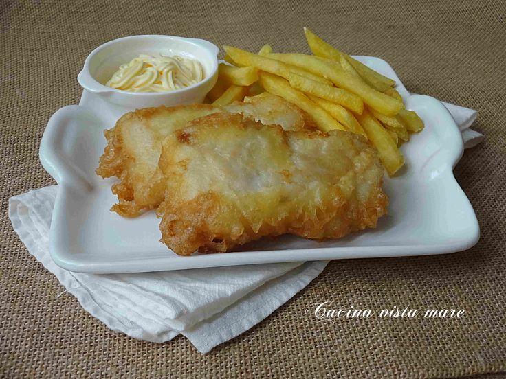 Il fish and chips è un piatto tipico inglese: il pesce, ricoperto da una densa pastella, viene fritto e servito con patatine fritte e purea di piselli!