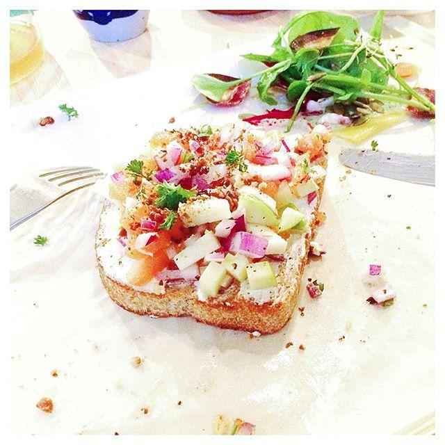 Lunch   Joe! Er staat weer een nieuw Opperdepopje online!  Iets toast mierikswortel zalm groene appel rode ui en hazelnoot.  Spoiler alert:  #linkinbio