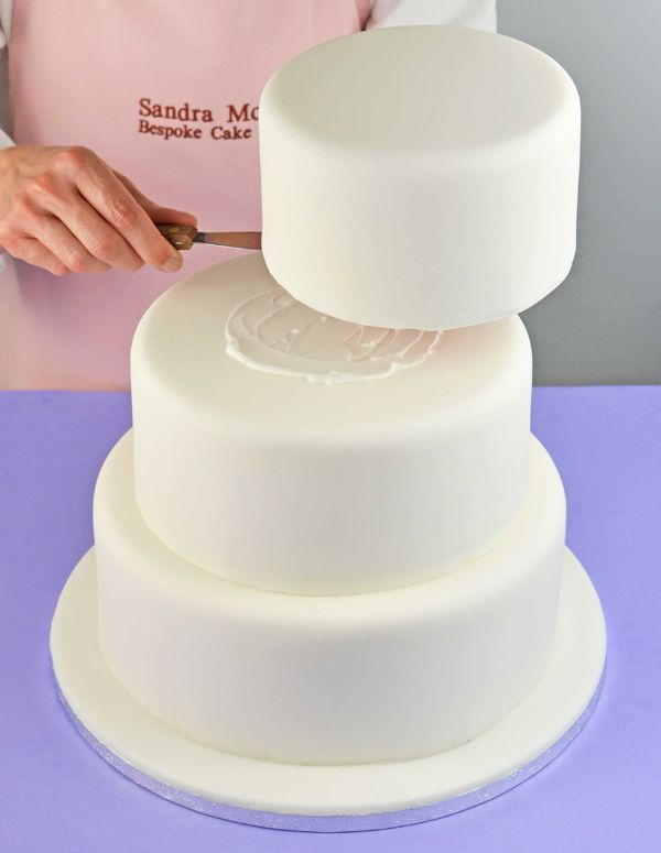 Dream of making your own wedding cake? Or would you like to brush up on your cake decorating skills? Here's a simple and stylish summery wedding cake design by Sandra Monger, plus her step-by-step tips on making a successful wedding cake. Enjoy!