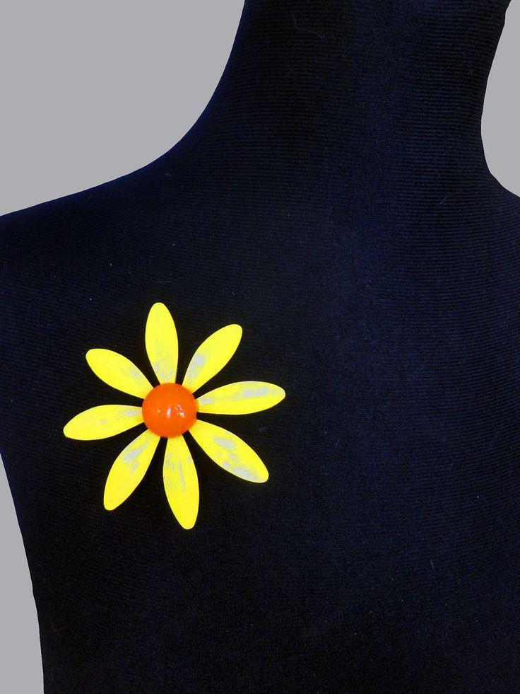 Voeg wat Flower Power toe deze zomer met deze grote Gele Emaille Vintage Bloem Broche uit 1960 door TresbeLLL op Etsy