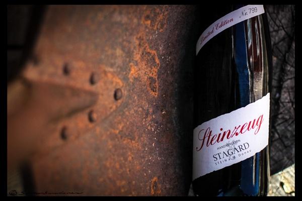 Svenssonsmakaren: Stagård Riesling Steinzeug 2011. http://svenssonsmakaren.blogspot.se/2013/04/stagard-riesling-steinzeug-2011-men-nu.html