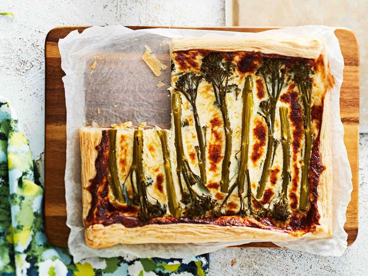 Rapeareunainen kasvispiiras sopii juhlapöydän suolapalaksi tai viikonlopun vegelounaaksi.