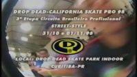 Videos Drop Dead Skate Pro 1998 - Vídeo da terceira etapa do Circuito Brasileiro Profissional Street, que no skatepark fechado e mais antigo do pais, a Drop Dead realizou nos dias 31 Outubro e 01 de Novembro de 1998 na Drop Dead Skate Park na cidade de Curitiba PR, se liga no vídeo.