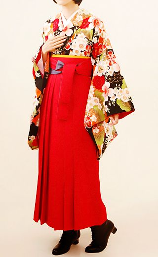 Red hakama is so lovely and the combination with kimono is good.