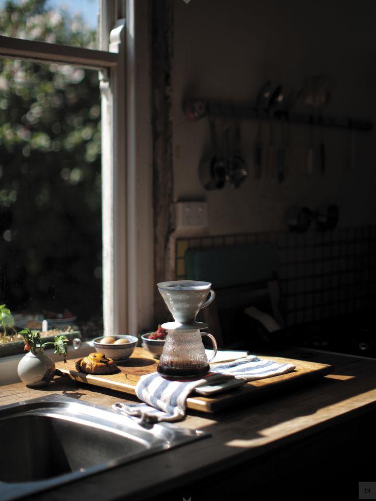 :: káva u otevřeného okna: