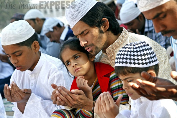A Muslim family offers prayers during Bakr-Eid at Jama Masjid in India