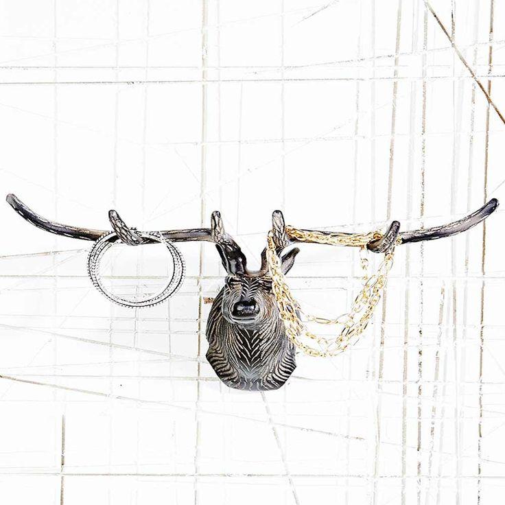 """Un superbe trophée de cerf de 30 cm de large pour y accrocher toutes vos petites breloques, bijoux, essuies ou encore clefs !  Cette tête en métal profonde de 14 cm rappelle ces sculptures en bois dites """"forêts noires"""". 29,90 € http://www.lafolleadresse.com/boites-et-rangements/1251-porte-bijoux-trophee-de-cerf.html"""