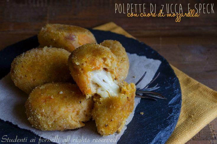 Le polpette di zucca e speck con mozzarella filante sono un secondo gustoso perfetto per chi non ama la zucca. Ricetta crocchette di zucca facili e veloci.