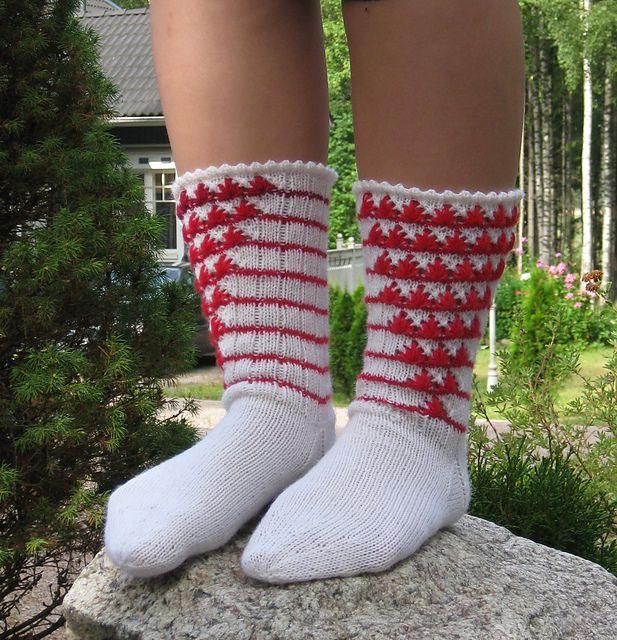 Vaahtokarkkiunelmia on kesäisen kepeä, värikäs ja herkkä sukkamalli joka syntyi kokeellisen sukanneulonnan tuloksena. Mallissa yhdistyy neulonta sekä virkkaus.