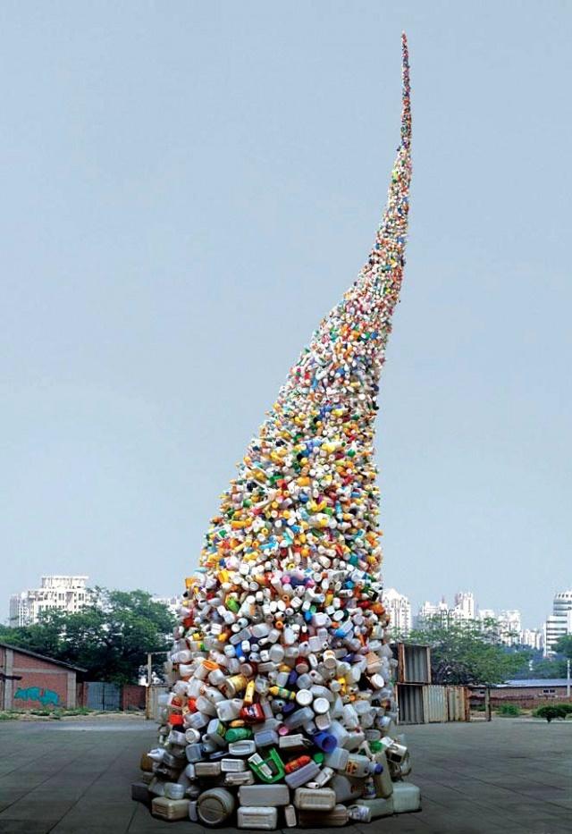 Un'istallazione creata con i rifiuti. La spettacolare idea dell'artista cinese Wang Zhiyuan per sensibilizzare l'opinione pubblica su questo problema che affligge non solo Pechino.