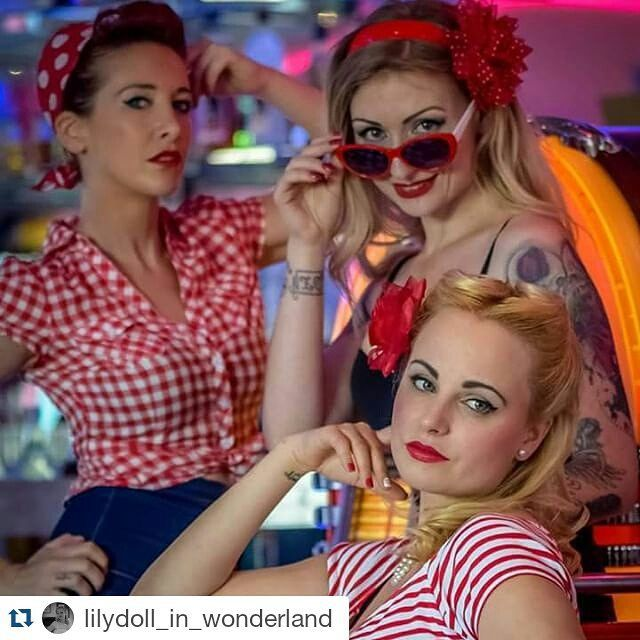 #picoftheweek 3 jolies pin-up tout droit sorties des Happydays prennent possession de Memphis Coffee ! @lilydoll_in_wonderland ・・・ #pinupgirl #rétro #vintage #memphiscoffee #redlips #pinupstyle #shooting #labelancre