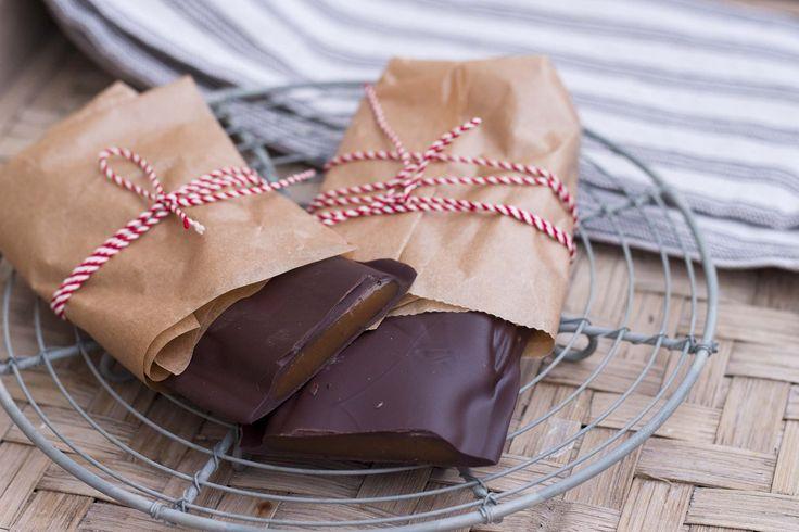 Jeg har lavet en version af hjemmelavet Daim, hvor der er sparet en del på sukkeret. Jeg har genbrugt min opskrift på karamelkrokant med Fibersirup Gold og dyppet den i mørk chokolade.