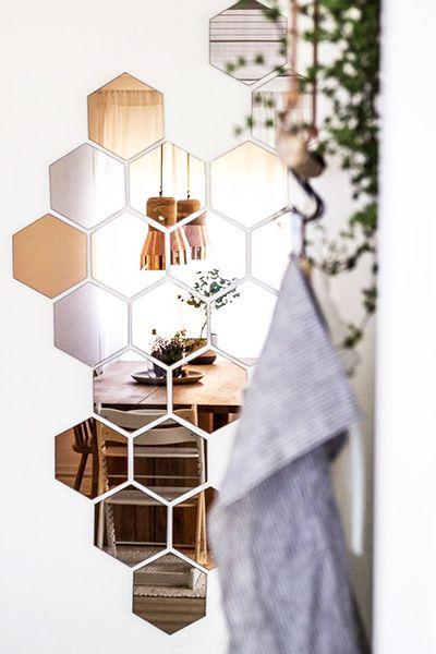 Spiegels zijn er om je make-up te doen, als decoratie aan de wand of als extra lichtbron. Hulp nodig voor het zelf maken of monteren van je spiegel? In deze blog helpen we je op weg!