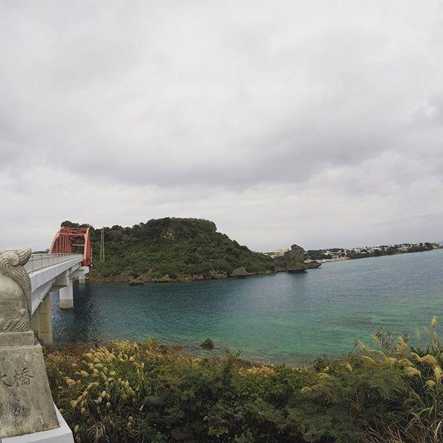 【eli.k3000】さんのInstagramをピンしています。 《あーっこの時間に戻りたーいっ😫 めっちゃ曇りだけど…w  #沖縄 #本島 #伊計島 #伊計大橋 #南部 #曇り #シーサー #沖縄ロスが止まらない #戻りたい #海 #gopro #goproのある生活 #沖縄大好き #海大好き #travel #過去pic》