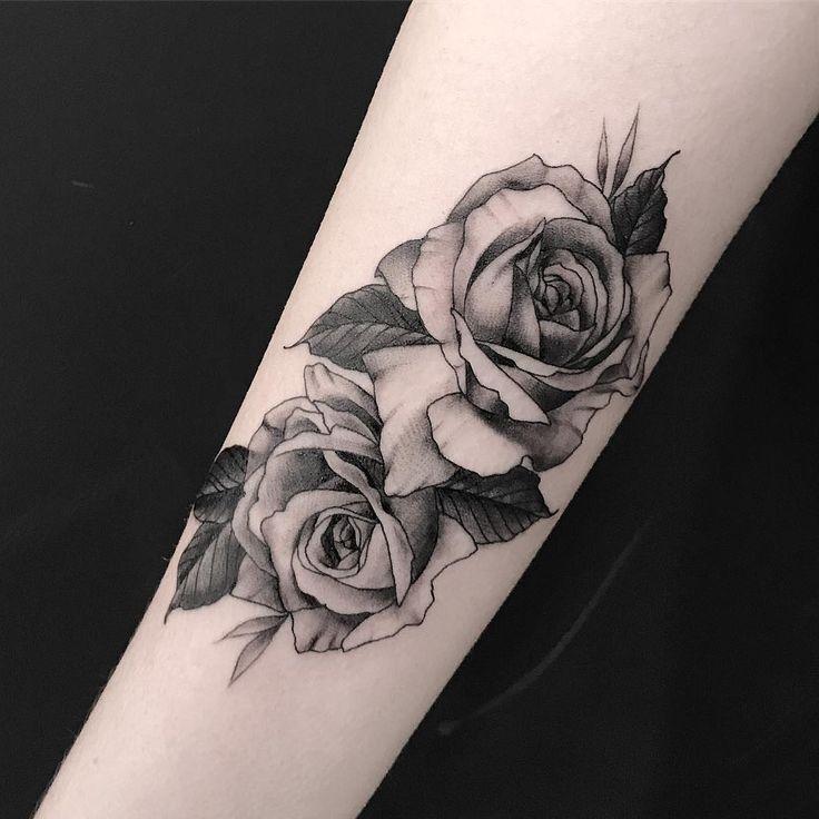 Tatuagem feita por Samantha Sam de São Paulo.    Flores em blackwork no braço.