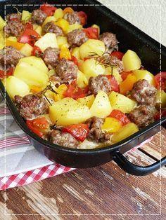 Kouzlo mého domova: Zapečené masové kuličky s bramborem a zeleninou. (http://radunka1062.blogspot.cz/2014/07/zapecene-masove-kulicky-s-bramborem.html?spref=pi)