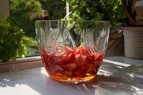 Die Altbierbowle mit Erdbeeren ist ein köstliches Rezept für Feiern, da es immer gut ankommt.