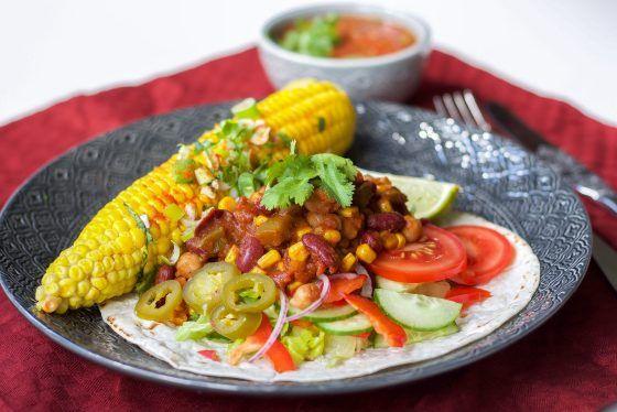 Förra veckan hade jag gäster och jag bjöd på en riktig kalasmiddag på mexikanskt vis. Jag lagade en fantastiskt chiligryta med bönor som smakade otroligt gott. Till det serveradejag hemmabakade tortillabröd, en het tomatsalsa, mexikanska majskolvar och masa grönsaker och små plock bredvid. Som förrätt serverade jag gazpacho, lite svalkande innan vi skulle hugga i den heta grytan. Mina gäster äter vegankost så allt som jag bjöd på var veganskt. Underbart! Mina gäster såg väldigt nöjda ut 😀…