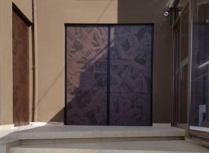 ΠΟΡΤΑ ΚΕΝΤΡΙΚΗΣ ΕΙΣΟΔΟΥ Metalaxi Entrace gate made of perforated aluminium with a unique  pattern. Life is in the details. Metalaxi Innovative Architectural Products. www.metalaxi.com