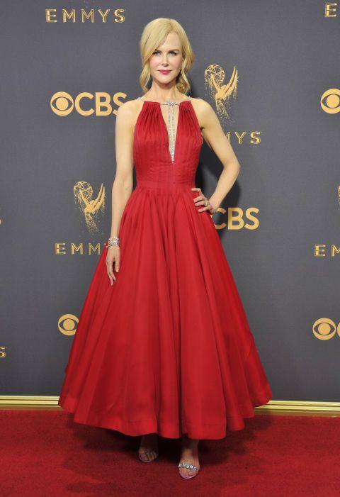 Cuarto puesto para la actriz en los Premios Emmy 2017con este vestido rojo midi deCalvin Klein by Appointment.Elegante y espectacular al mismo tiempo.