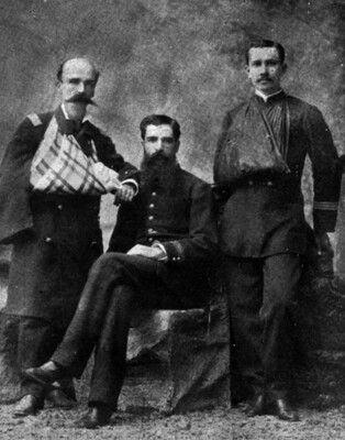Oficiales del Batallon Cívico Movilizado Coquimbo, su comandante don Alejandro Gorostiaga y los capitanes Luís Larraín A. y Francisco Ariztía.  Gorostiaga fue herido de gravedad en el brazo, en la batalla de Tacna, 26 de mayo de 1880.