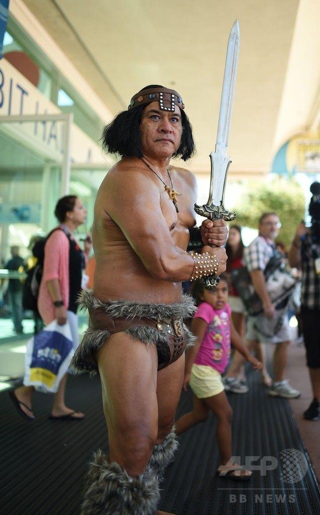 米カリフォルニア(California)州サンディエゴ(San Diego)で開幕した「コミックコン・インターナショナル(Comic-Con International)」で、映画『キング・オブ・デストロイヤー(Conan The Destroyer)』のコナン(Conan)に扮する参加者(2014年7月24日撮影)。(c)AFP/Robyn Beck ▼25Jul2014AFP|世界最大のコミコン開幕、コスプレイヤー集結 http://www.afpbb.com/articles/-/3021442 #San_Diego #Comic_Con_International