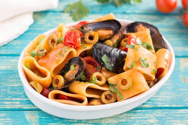 I Paccheri con cozze pomodorini e olive sono un primo piatto semplicissimo e goloso. Un'idea facile e sfiziosa, apprezzata da tutti gli amanti della pasta.