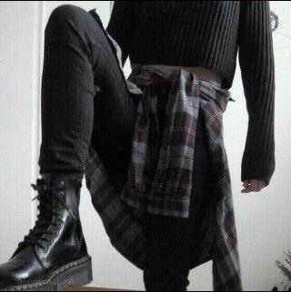 Skinnys negros Bototos negros Crop tejido megro Camisa oscura Collar reno