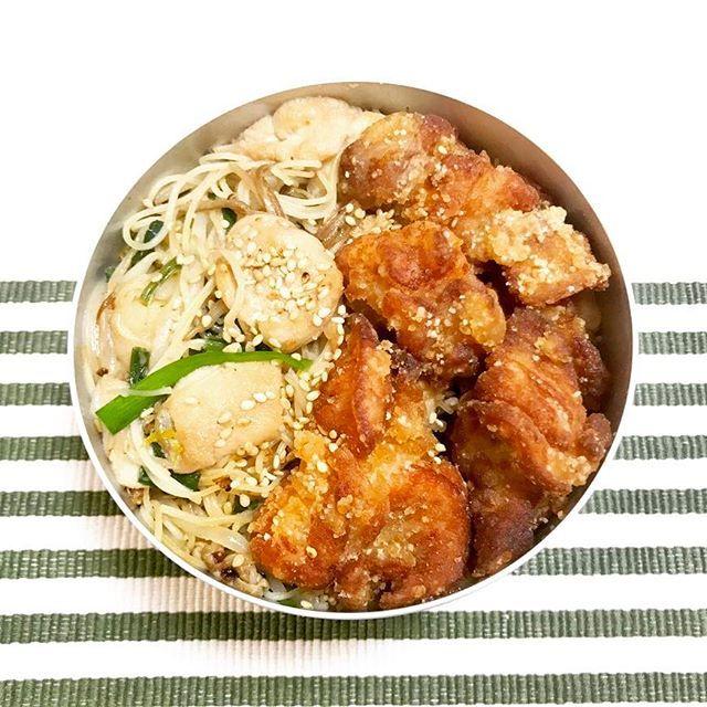 お弁当😋🍙 * * ・麩と野菜とキノコの焼きビーフン ・鳥もも肉の塩唐揚げ ・わかめスープ(写ってないけど) * * 今日は朝から仕事😵💨 今日はビーフン弁当と大好きな唐揚げ❤️ 緑が少ないですけど…💦 弁当で仕事のモチベーション上げてかないと👍🏻 * * #お弁当 #ランチ #料理 #唐揚げ #アルミ弁当  #lunch #cooking #yummy #eat #food #goodmorning