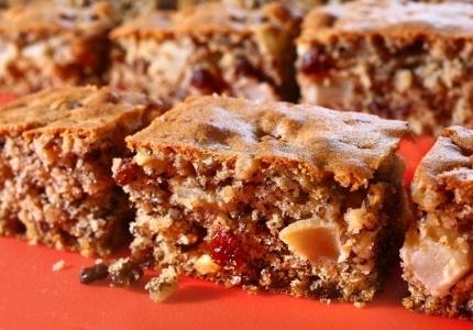 Ciasto orzechowe z jabłkami. Kliknij w zdjęcie, aby poznać przepis. #ciasta #ciasto #desery #wypieki #cakes #cake #pastries