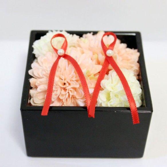 黒の升の中に淡いピンクと白のポンポンマムを飾り紅のリボンを飾りました♪和婚にとても合う一品です♪サイズ: 7cm×7cm×7cm(縦&...|ハンドメイド、手作り、手仕事品の通販・販売・購入ならCreema。