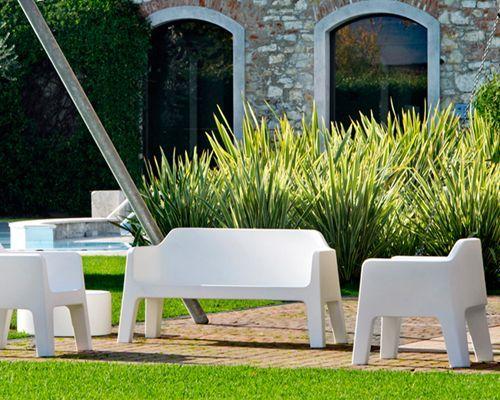 Semplicità, versatilità e praticità sono le sue peculiarità del divano Plus di Pedrali. Disegnato da Alessandro Busana, questo divano rappresenta il perfetto equilibrio tra funzionalità e design.  Adatto sia in indoor che outdoor.